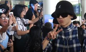 Winner bị fan vây kín, gào tên khi đến Việt Nam