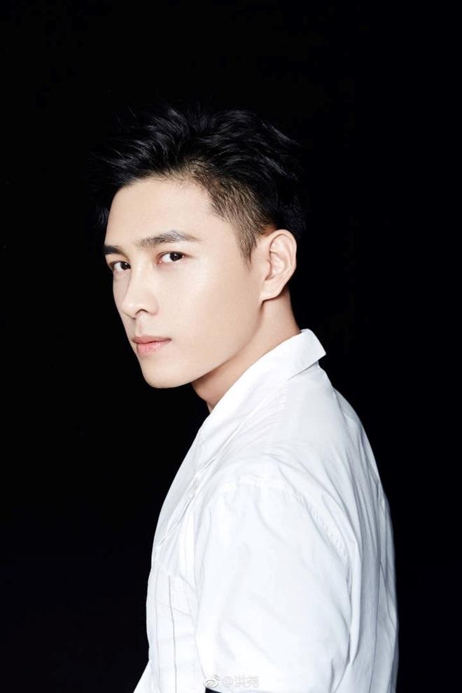 <p> Sở hữu chiều cao 1,82m cùng vẻ ngoài lãng tử, Hồng Nghiêu được kỳ vọng trở thành mỹ nam mới của điện ảnh Hoa ngữ.</p>