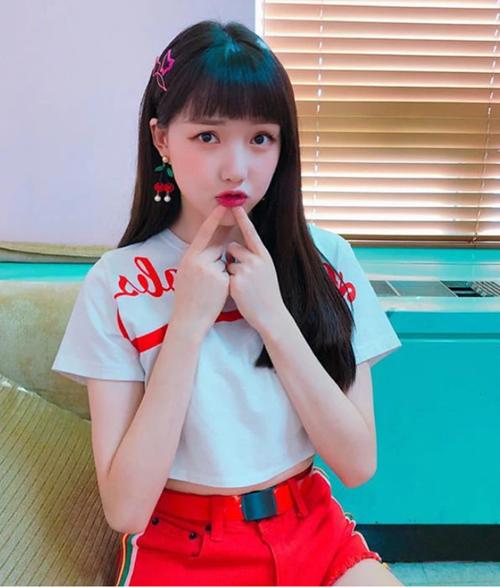 Kiểu tóc đen dài với phần mái ngắn gần chạm lông mày giúp tôn lên khuôn mặt bầu bĩnh của Ye Rin. Cô nàng trông như những nhân vật nữ chính bước ra từ anime.