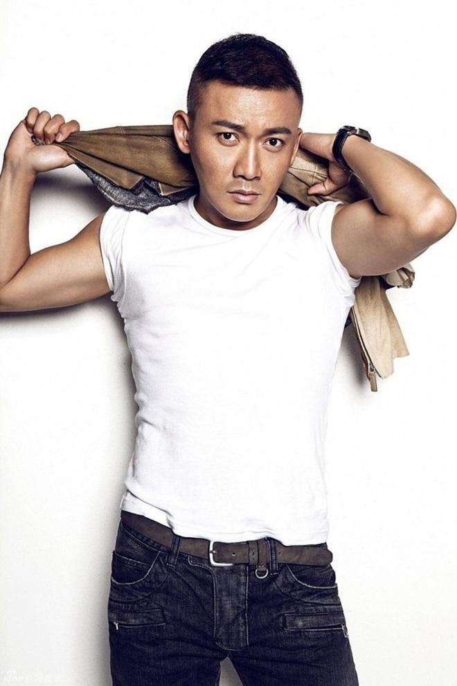 """<p> Nhiếp Viễn sinh năm 1978. Anh tốt nghiệp Học viện Hý kịch Thượng Hải năm 2000. Trước khi """"gây sốt"""" ở <em>Diên Hy công lược</em>, Nhiếp Viễn từng đảm nhận vai chính ở nhiều bộ phim như <em>Lên nhầm kiệu hoa được chồng như ý, Tứ đại danh bổ, Thiện nữ u hồn</em>...</p>"""