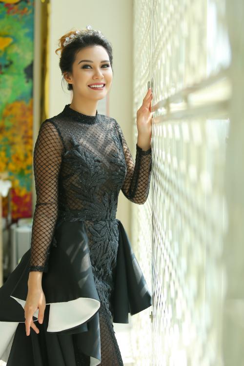 Angelia Ong xinh đẹp, quyến rũ với bộ đầm thiết kế lạ mắt.