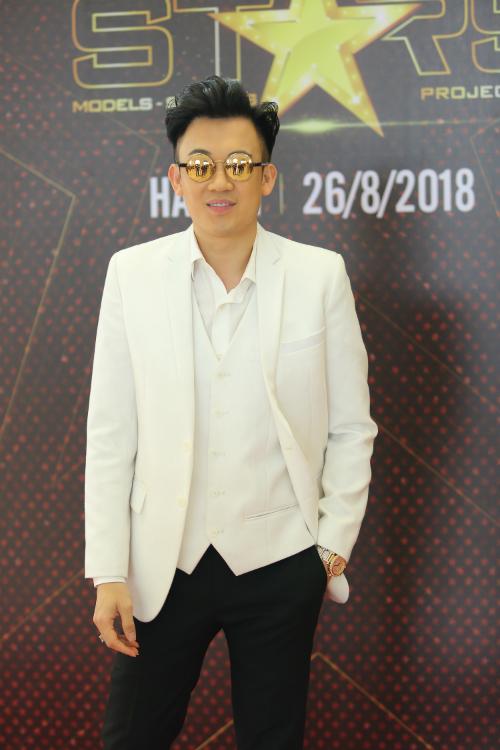 Dương Triệu Vũ ăn mặc sành điệu trong lần đầu tiên chấm thi nhan sắc.
