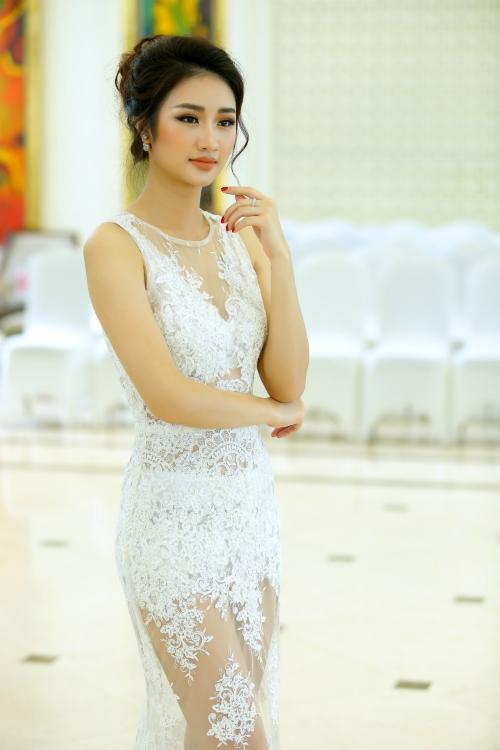 Hoa hậu Thu Ngân diện bộ đầm xuyên thấu gợi cảm, quyến rũ.