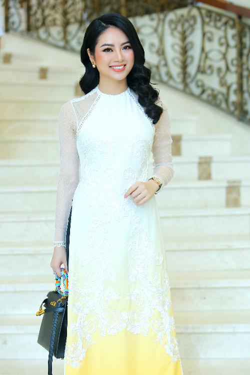 Hoa hậu các dân tộc Việt Nam - Ngọc Anh nền nã, thanh lịch với trang phục áo dài.