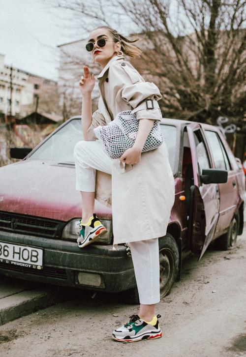 Ngoài phom dáng to, kiểu giày này còn thường được phối màu sắc rực rỡ ngẫu hứng. Các cô gái dùdiện những bộ cánh màu trơn đơn giản mà có một đôi ugly sneakers mix cùng thì cũng không lo mất đi vẻ cool ngầu.