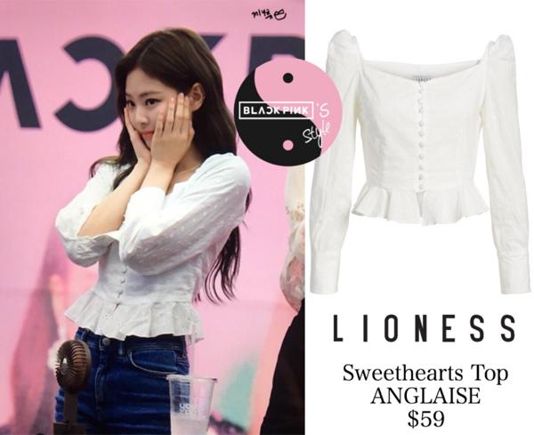 Đây cũng là một thiết kế bình dân Jennie từng diện được nhiều fan yêu thích. Chiếc áo theo phong cách cổ điển giá 1,3 triệu đồng giúp Jennie thêm duyên dáng.