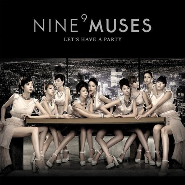 Nhóm Nine Muses từng khiến fan Kpop hoa mắt chóng mặt khi thử thách... đếm chân trên hình poster. Đếm mãi không đủ, ai cũng cho rằng chân của các cô gái đã bị photoshop thiếu đi vài cái.