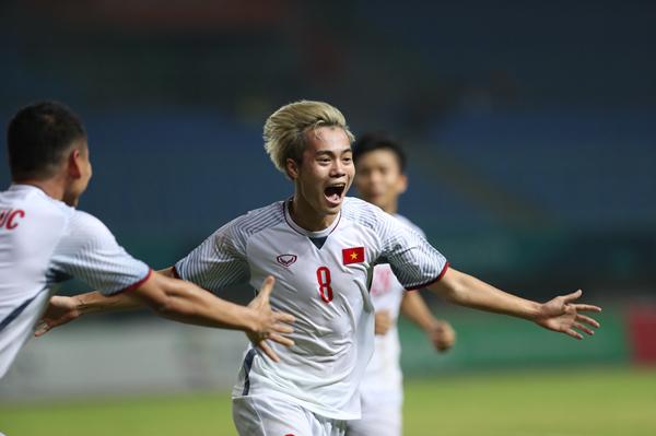 Văn Toàn đã trở thành nam thần của toàn bộ CĐV Việt Nam trong đêm nay với bàn thắng quyết định đưa Việt Nam trở thành một trong 4 đội mạnh nhất Asiad năm nay.