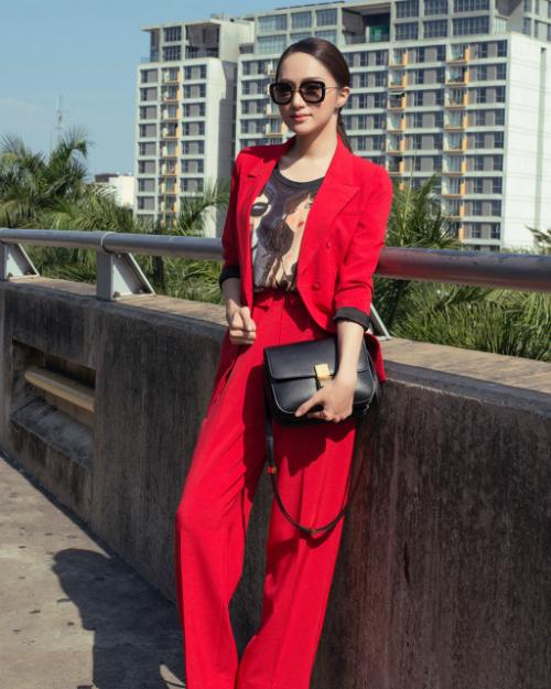 Bộ suit đỏ rực được phối cùng áo phông in hình 3D và túi xách Celine cộng với thần thái ngút ngàn giúp Hương Giang trở thành tâm điểm, thu hút mọi ánh nhìn tại sân bay.