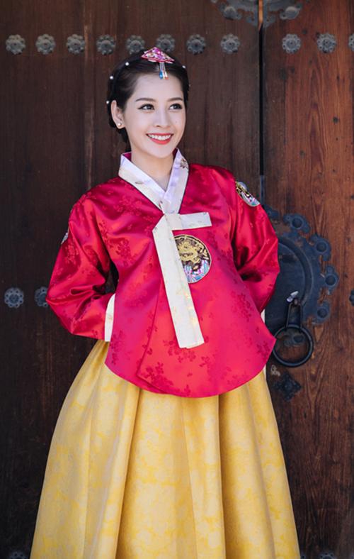 Không chỉ có Trung Quốc, nhân dịp này, loạt ảnhChi Pudiện hanbok - trang phục truyền thống của Hàn Quốc được thực hiện khá lâu được khai quật lại. Gương mặt xinh đẹp, nụ cười tươi tắn của cô nàng được khen ngợi giống gái Hàn.