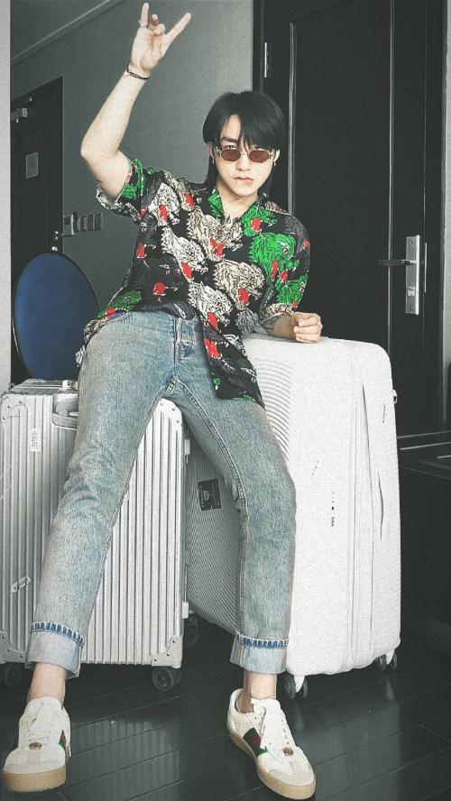 Cách sơ vin một bên vạt áo hao hao các idol K-pop tăng làm tăng thêm phần tự tin, ấn tượng cho giọng ca sinh năm 1994. Thêm vào đó, mặc quần ống bó cũng làm gia tăng đáng kể chiều cao cho Sơn Tùng.