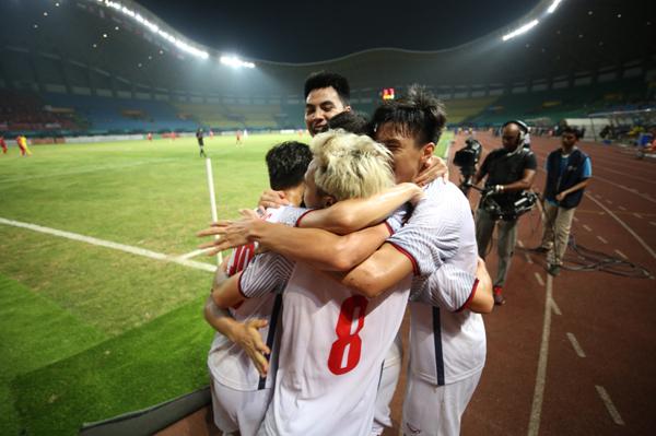 Các đồng đội vỡ oà vì Văn Toàn. Duy Mạnh, Đức Huy không ngừng siết chặt người hùng của trận đấu vì quá vui mừng. Nụ cười và cả nước mắt đã xuất hiện trên gương mặt các cầu thủ trẻ.