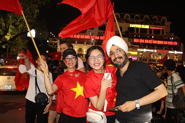 Người người kéo nhau xuống đường đi bão gây tắc ghẽn vì Olympic Việt Nam - 10