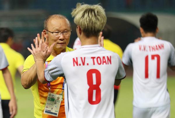 Nguyễn Văn Toàn cũng không quên ăn mừng với thầy Park. Chính HLV Park Hang Seo là người tung Văn Toàn vào sau hiệp 2 và phổ biến chiến thuật vào hiệp phụ giúp chúng ta có bàn thắng.
