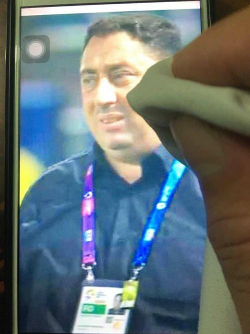 Huấn luyện viên đội Syria được... lau nước mắt hộ.