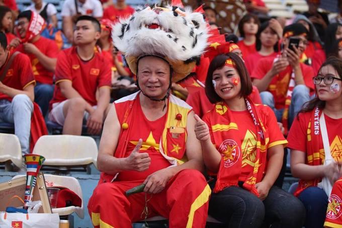 """<p> Đầy nhiệt huyết và tràn đầy niềm tin, giấc mơ vô địch của bóng đá Việt Nam trong lòng người hâm mộ chưa bao giờ hạ nhiệt. Hàng nghìn CĐV kéo nhau đến SVĐ, phố đi bộ để cổ vũ cho đội nhà trong trận tứ kết gặp Syria.</p> <p> Hơn 5.200 vé được phát đến người hâm mộ tại sân vận động Hàng Đẫy (Hà Nội) trong buổi 'big offline"""". Người đàn ông này có mặt từ rất sớm trong bộ trang phục in cờ Việt Nam và đội chiếc mũ sư tử độc đáo.</p>"""
