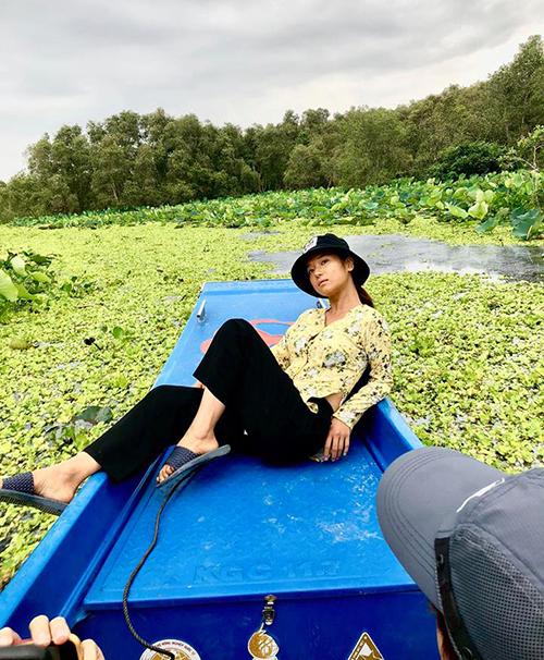 Hoàng Yến Chibi không ngại hy sinh nhan sắc, bôi mặt đen nhẻm, diện quần áo quê kiểng để phục vụ cho bộ phim mới.