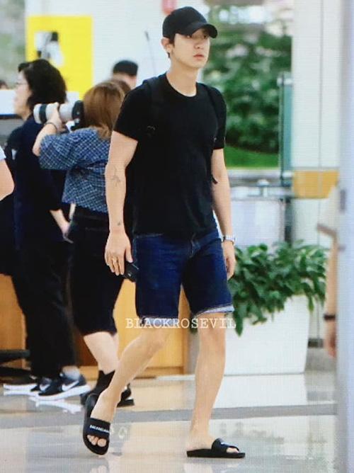 EXO về Hàn ngay khi kết thúc lịch trình ở Nhật. Chan Yeol chọn đồ ra sân bay giống như đồ mặc nhà với quần ngắn, dép lê.