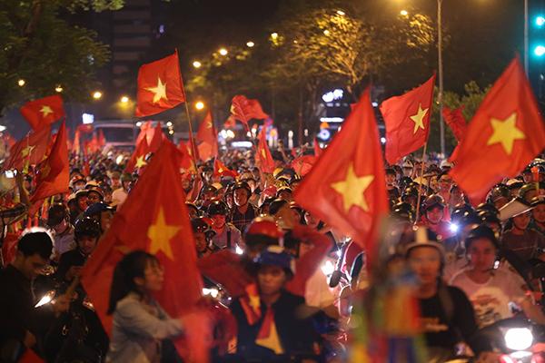 Người Sài Gòn kéo nhau xuống đường đi bão gây tắc ghẽn vì Olympic Việt Nam