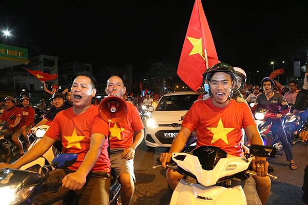 Người Sài Gòn kéo nhau xuống đường đi bão gây tắc ghẽn vì Olympic Việt Nam - 3
