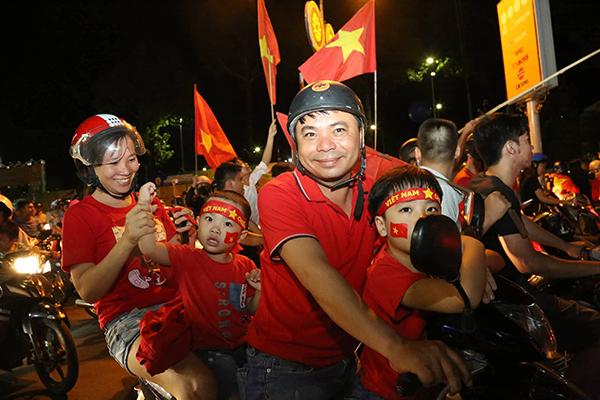 Người người kéo nhau xuống đường đi bão gây tắc ghẽn vì Olympic Việt Nam - 5