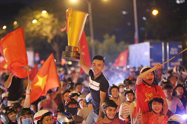 Người người kéo nhau xuống đường đi bão gây tắc ghẽn vì Olympic Việt Nam - 3
