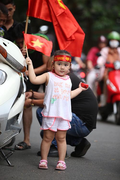 Nhiều nhí cũng thể hiện tình yêu với bóng đá và tuyển Việt Nam nói riêng.