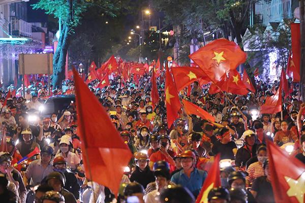 Người người kéo nhau xuống đường đi bão gây tắc ghẽn vì Olympic Việt Nam - 4