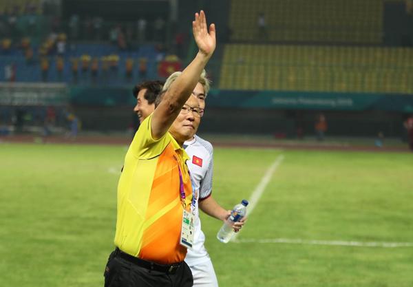 Thầy trò HLV Park Hang Seo và Văn Toàn cùng vẫy tay với các CĐV Việt Nam đang có mặt trên khán đài.