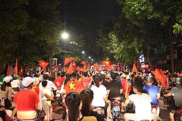 Người người kéo nhau xuống đường đi bão gây tắc ghẽn vì Olympic Việt Nam - 8