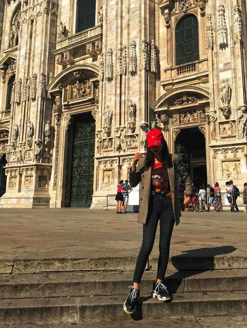 Du lịch tại trời Âu, Hương Giang cũng diện suit độn vai cá tính, thời thượng.