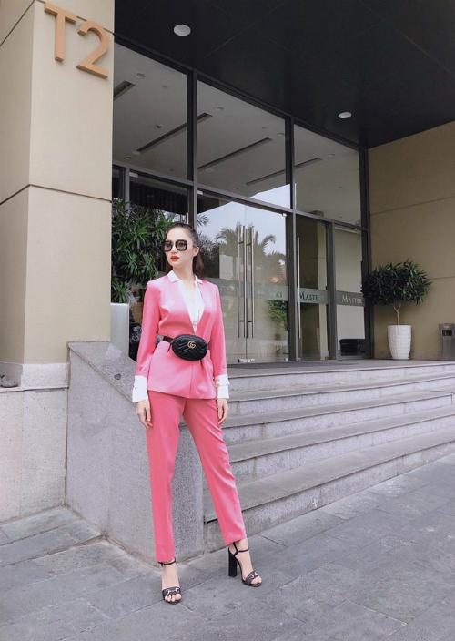 Suit không còn là trang phục chỉ dành cho phái mạnh.Suit hồng nữ tính mix & match cùng giày cao gót quai ngang và bum bag của Gucci vừa sành điệu, thời thượng, vừa cá tính, năng động.