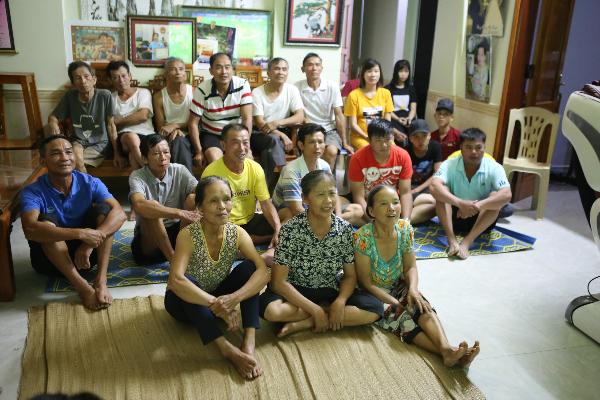 Người dân tập trung ở nhà Công Phượng cổ vũ cho đội Olympic Việt Nam.