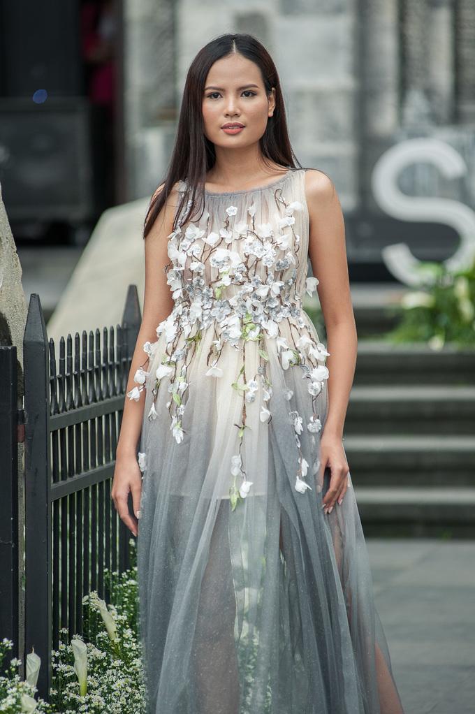 <p> Sau VNTM, Tiêu Linh vừa vào Top 5 Hoa hậu Hoàn vũ Việt Nam 2017, còn Kim Dung và Hương Ly vẫn thường xuyên xuất hiện trên các sàn diễn, bộ ảnh thời trang.</p>