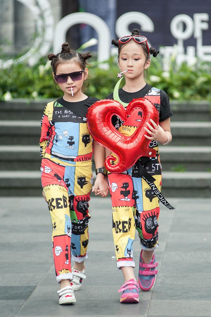 <p> Những trò đùa nghịch của trẻ nhỏ cũng có thể trở thành nguồn cảm hứng cho bộ sưu tập của NTK Trần Thanh Mẫn. Các trang phục được tạo lên dưới con mắt của một bà mẹ luôn âm thầm quan sát khi con đang vui chơi, mê đắm trong thế giới cổ tích của riêng mình.</p>
