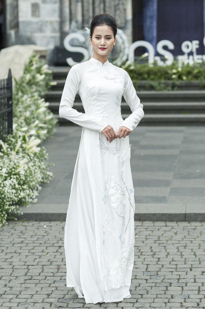 <p> Hương Ly khoe những bước đi uyển chuyển trong bộ áo dài trắng tinh khôi.</p>