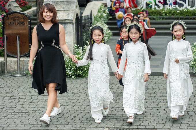 <p> NTK Phương Nguyễn Silk cùng ba mẫu nhí ra chào khán giả.</p>