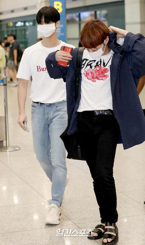 Các thành viên Wanna One phờ phạc, dùng khẩu trang che kín khi về Hàn. Nhóm liên tục di chuyển vì tour concert.