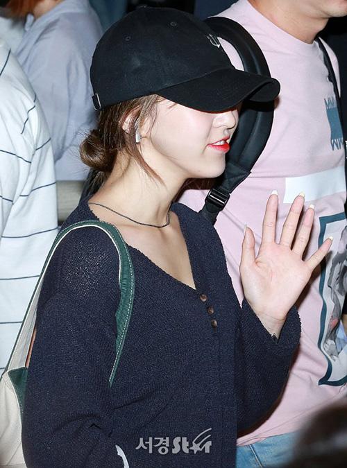Red Velvet bận rộn với lịch trình quốc tế, thường xuyên xuất hiện ở sân bay. Khi về Hàn, các thành viên đều mệt mỏi, dùng mũ lưỡi trai che kín nửa gương mặt.