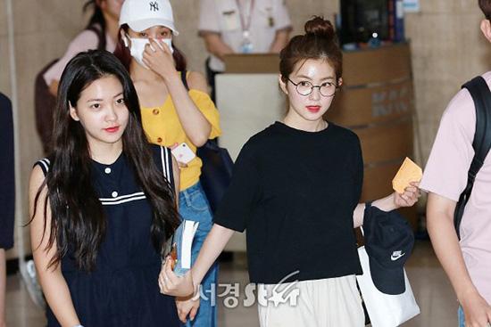 Cả Yeri và Irene đều chỉ dùng son, không make up đậm, trang phục thoải mái nhất có thể.