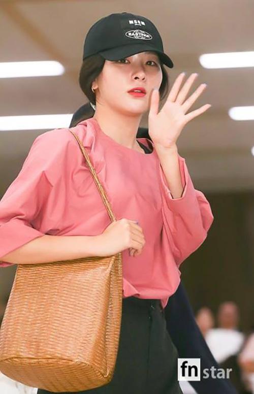 Seul Gi là thành viên nhận nhiều lời khen ngợi dù không trang điểm. Chiếc túi đan mang phong cách retro cổ điển.