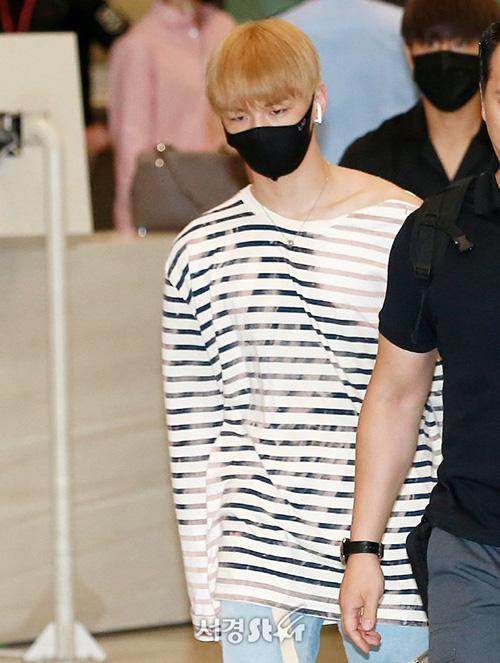 Kang Daniel tỏ vẻ khó chịu, nhăn nhó khi xuất hiện ở sân bay. Anh chàng không lên đồ cầu kỳ mà chỉ mặc áo phông, khấu trang đen.