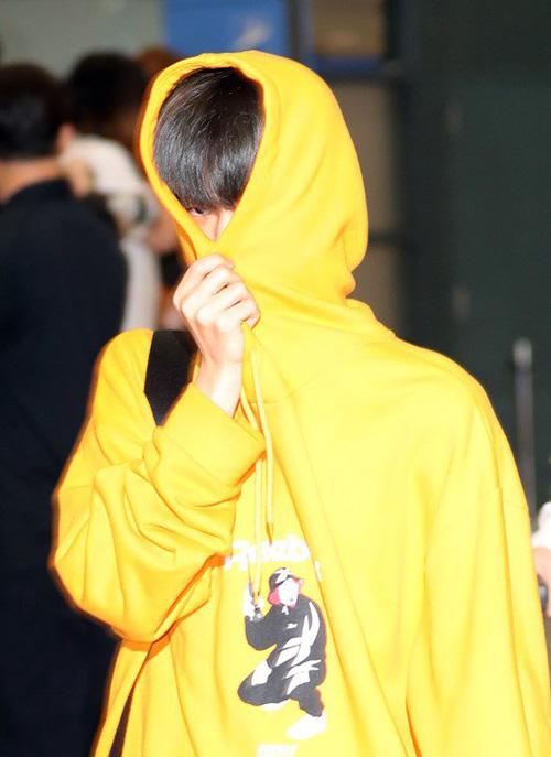 Lee Dae Hwi trùm kín, dùng mũ che mặt. Sau khi kết thúc lịch trình mệt mỏi, các idol phải đối diện với ống kính phóng viên, fan khi ra sân bay.
