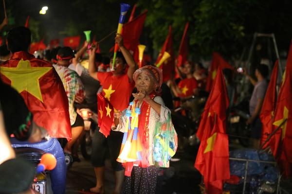 Người người kéo nhau xuống đường đi bão gây tắc nghẽn vì Olympic Việt Nam - 17