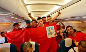 CĐV Việt Nam khuấy đảo không khí trước giờ G tại Indonesia