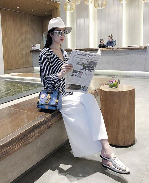 Vì chế độ ăn uống hợp lý nên ở tháng thứ 7, Diệp Lâm Anh chỉ tăng khoảng 10 kg. Khi diện quần áo rộng, cô trông vẫn rất thon gọn.