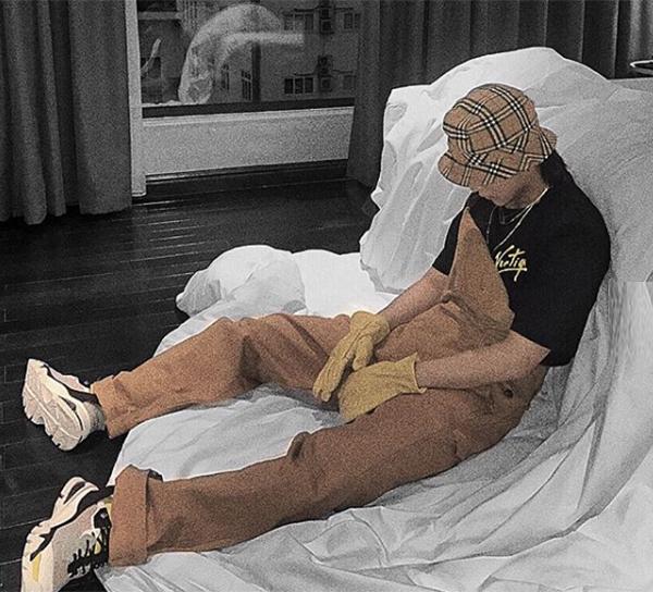 Sơn Tùng diện style anh công nhân, chỉ khác là bộ đồ bảo hộ của anh chàng gồm toàn hàng hiệu từ đầu đến chân.