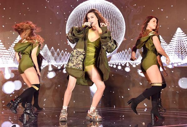Trong một màn trình diễn khác, Hà Hồ lại khe phong cách swag hầm hố với bodysuit siêu ngắn, áo khoác ngoài tông quân đội phối cùng sneakers hầm hố của Gucci.