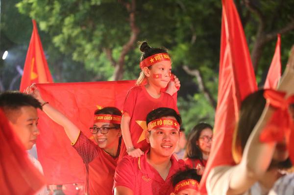 Người người kéo nhau xuống đường đi bão gây tắc nghẽn vì Olympic Việt Nam - 18