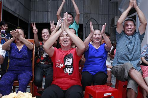 Người dân tập trung ở sân nhà trung vệ Bùi Tiến Dũng cổ vũ cho đội Olympic Việt Nam. Ảnh: Ngọc Nam